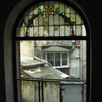 Okno na klatce kamienicy